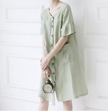シンプルなグリーンのワンピースに、繊細な刺繍をプラス。ポケット部分に刺繍を施すというアイデアが面白いですよね。そのほか、胸元や襟元に刺繍を加えるのもおすすめです。