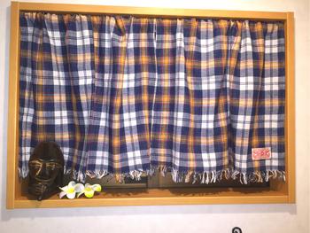 カジュアルなチェック柄のカフェカーテンは、裾のフリンジがポイント。そのまま生地を使うのもいいですが、ひと手間加えるだけでオリジナル感溢れる仕上がりに。