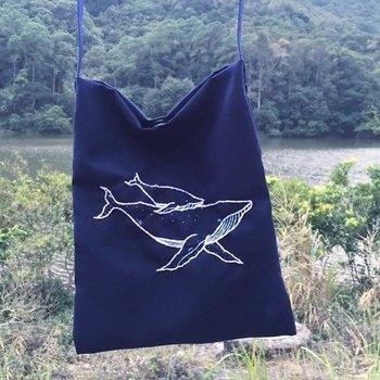 思い切って、バッグ全体に大胆な刺繍を施してみるのもアリ。広範囲の刺繍でも、こちらのような面を埋めない縫い方なら挑戦しやすいですよ。
