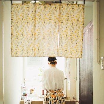 いかがでしたか?遮光調整や収納の目隠し、インテリアのアクセントなど、カフェカーテンの使い方は様々。生地の色柄や素材などでもお部屋の印象も変わるので、お部屋の模様替えも簡単にできますよ♪今回の記事を参考に、ぜひお部屋に『カフェカーテン』を取り入れてみてくださいね。
