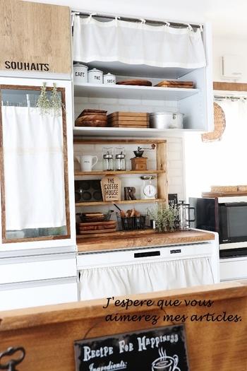 キッチンの棚の一番上に小さなカフェカーテン、食器棚の中にもカフェカーテンを取り付けています。キッチンのテイストに合わせて白のカフェカーテンで目隠しつつ、ナチュラルな雰囲気を演出♪
