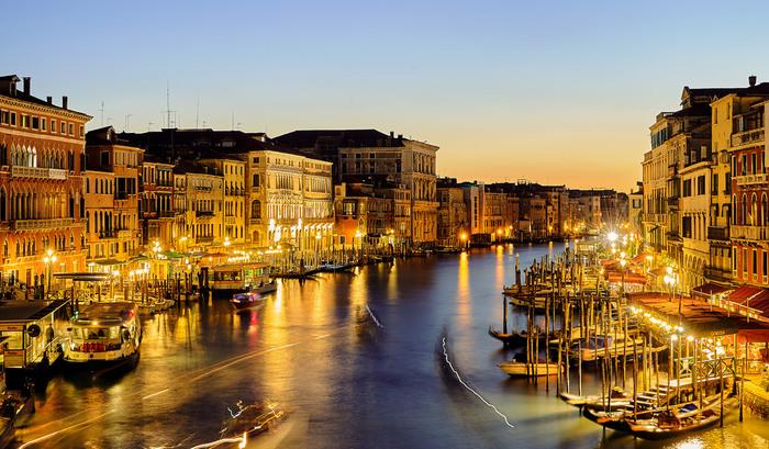 車の乗り入れが禁止されているヴェネツィアでは、現在でも船が公共交通手段として活躍しています。運河に浮かぶ無数ボートや水上バスは、日が暮れると街燈に照らされ、夜のヴェネツィアが持つ幻想的な雰囲気に華を添えています。