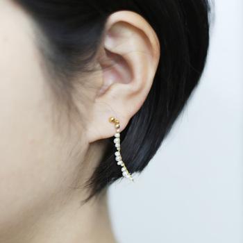 耳に付けるとゆらりとしたラインが特徴的で、女性らしさと大人っぽさを存分に感じさせてくれるデザインとなっています。