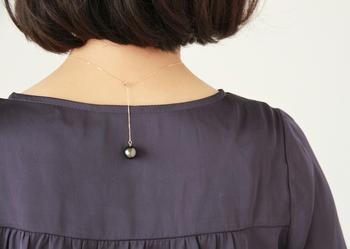このネックレスのポイントは、パールを動かして1粒をアジャスターの最後に持ってくるスタイルで着用できること。前から見るとシンプルな1粒ネックレスなのに、バックスタイルにも華やかなパールが現れるので、ドレスアップの時などにも最適。