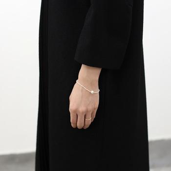 小さなけしパールがいくつも並んだデザインの、シンプルなブレスレット。中央には大きめのパールを一粒あしらって、アクセントの役割を担っています。パールアクセサリーなのに上品すぎないデザインなので、毎日気軽に身に付けられるパールブレスレットですね。