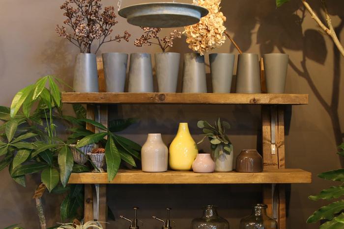 花瓶として使われるフラワーベースは、器だけでも充分インテリアとしておしゃれな空間づくりの役に立ってくれるデザインのものが多いです。