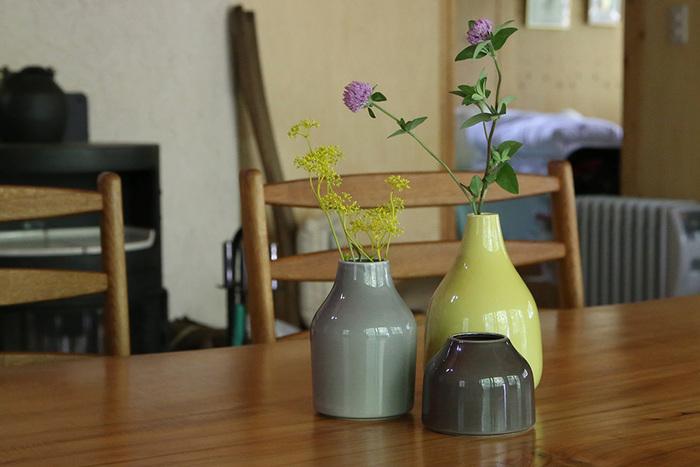 積んできたお花屋頂いたお花を生けるのも良いですが、お花が無い時でもインテリアグッズとしてお部屋に飾ってみましょう。洗練されたデザインのフラワーベースが、おしゃれな印象を与えてくれます。