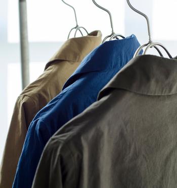 シンプルで飽きのこないデザインで丁寧に作られたサクラコート。馬布を使ったコートは、自宅で洗うことが出来て、洗うたびに変わっていく風合いを楽しむことが出来るんです。洗うたびに増す軽やかさも魅力のひとつ。