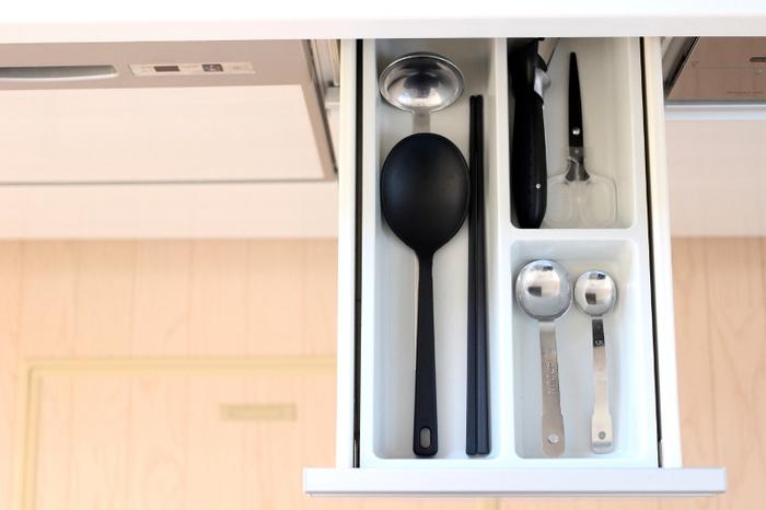 種類がたくさんあるキッチンツールは、毎日使う一軍ツールと、ときどき使う二軍ツールに分けて収納します。すぐに使いたいツールがさっと取り出せてストレスフリーに。