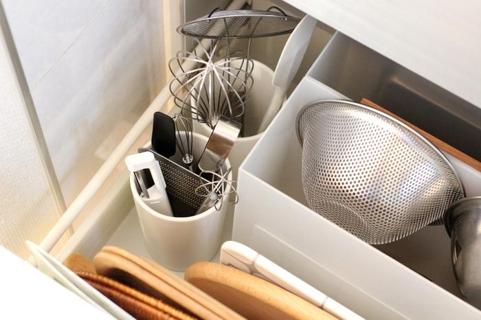 深い引き出しに重ねてものを収納すると、出し入れしづらくストレスになってしまいます。ファイルボックスやキッチンツールスタンドに立てて収納すれば、作業をしながらでも片手で取り出すことができますね。