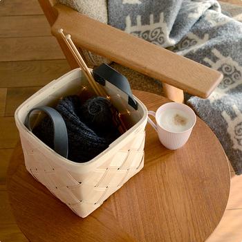 編みかけの編み物や、来客時にちょっと片づけたいものまで、ささっと入れて置くだけで、なぜだかおしゃれな雰囲気を作れるのが魅力です。