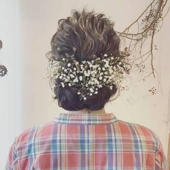 儚げでイノセントな美しさを放つ「かすみ草」。普段のヘアアレンジに加えるだけで、スタイルに繊細さが宿ります。