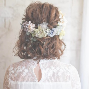 スペシャルなオケージョンにこそばっちりハマる花冠。髪はダウンヘアにして、その華やかさをとことん前面に引き出します。