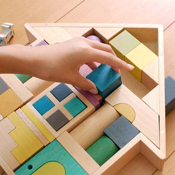 木製のおもちゃにはそれだけで暖かみとナチュラルさがありますし、デザインの可愛いものを選べば子どもも遊べるインテリアグッズとして、リビングに置きっぱなしにできますね。
