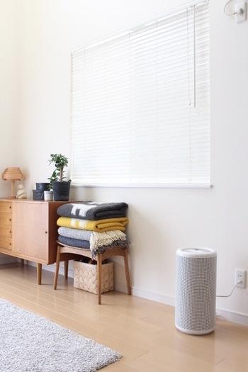 木の温もり溢れるリビングにも優しく馴染む、筒状のスタイリッシュな空気清浄機はバルミューダとの共同開発商品。デザインは深澤直人さん、構造はバルミューダでが手掛けているので、おしゃれかつ抜群の機能性。インフルエンザや花粉、PM2.5対策にもおススメ、しかも気になる生活臭も脱臭してくれる実用性が高い家電です。