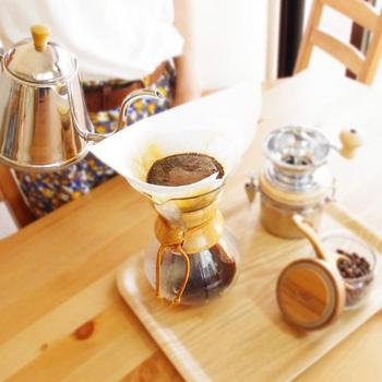 キッチンやダイニングで、実用的なのにおしゃれに見えるアイテムの代表と言えば、コーヒーグッズです。置いておくだけでもとっても雰囲気がでるコーヒーメーカーは、飾る収納でおしゃれなインテリアに。