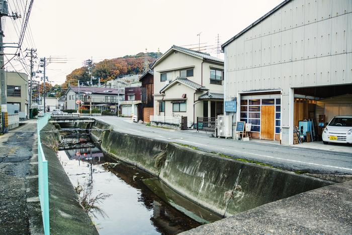 かつてはこの一帯に染色工場が軒を連ねたものの、現在では数軒のみに