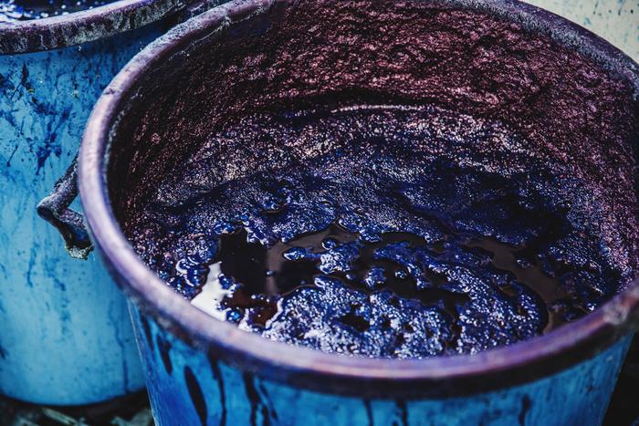 発酵させた染料。表面の泡は「藍の華」と呼ばれるもので、状態の良し悪しを決める指針になります