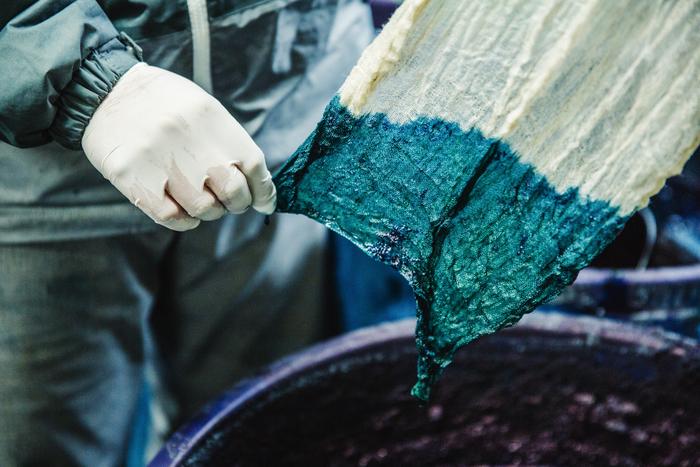 染料から取り出してすぐの状態。深みのある緑色ですが、すでにところどころが青くなっていることがわかります