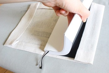 本を挟み込みます。