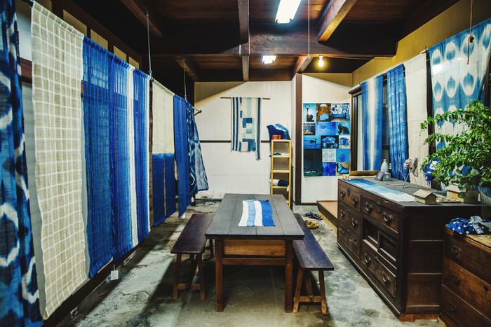 土間には美しいブルーの暖簾がずらり