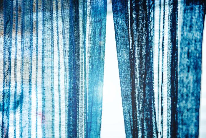 浩彦さんが最初に染めた暖簾。繰り返し洗うことで、生地に破れやほつれなどはありますが、20年近く経った今もあざやかな色を保っています