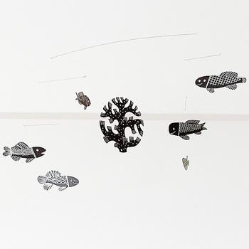 こちらは鹿児島陸さんが描いた魚のモビール「AKVAARIO」。フィンランド語で「アクアリウム、水槽」という意味なんだそう。  まさに水槽で魚がふわふわと泳いでいるかのような幻想的な雰囲気です。優しいタッチなので子供さんも喜びそうですね。