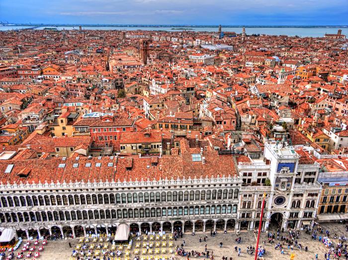 サン・マルコ寺院に隣接する高さ96.8メートルの鐘楼からは360℃の大パノラマでヴェネツィアの街を一望することが出来ます。アドリア海の碧さと赤レンガ色をした家々の屋根のコントラストは格別で、いつまで眺めていても飽きることはありません。