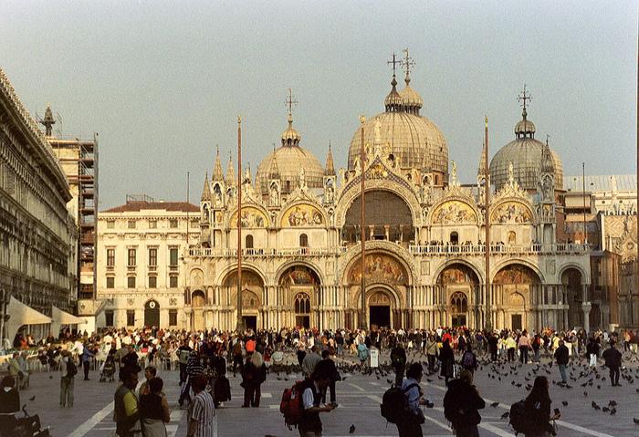 福音記者・聖マルコに捧げられたサン・マルコ寺院は、壮麗な外観で訪れる人を魅了します。金色のモザイク装飾が施された白亜のドーム形屋根は、見どころが集中するサン・マルコ広場でも格別の美しさで、訪れる者を圧倒します。