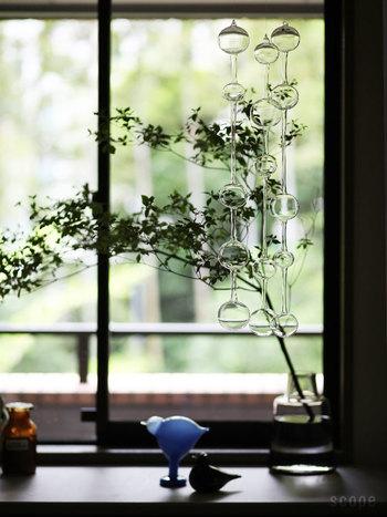 ガラスのディスプレイも吊るしてしまえば安心です。  こちらはiittala(イッタラ)の「アテネの朝」。ガラスが風や空気の動きに揺られて鐘の音のような柔らかい音を奏でます。クリアなガラスは窓の外の景色を映しとてもキレイ。光が入るとまた違った美しさがあり心奪われます。