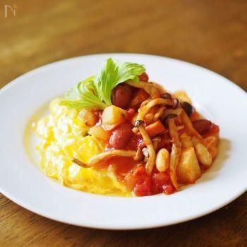 たっぷりのお野菜とお豆がトマトソースに入ったオムライスです。食べごたえもあり、栄養バランスも良くなるので、ありあわせのお野菜などを活用してアレンジしてみたいレシピです。