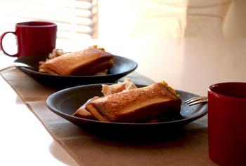 屋外で楽しむのはもちろんのこと、おうちの食事で熱々のサンドイッチを楽しむのも素敵です。いつものサンドイッチとは一味違うホットサンドでカフェ風のメニューも楽しめそう。
