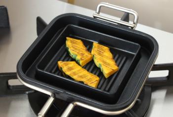 内側は凹凸の溝があるから、グリルのように焦げ目を付けたいお料理の時も活躍してくれます。こんがりついた焼き目が美味しそう。