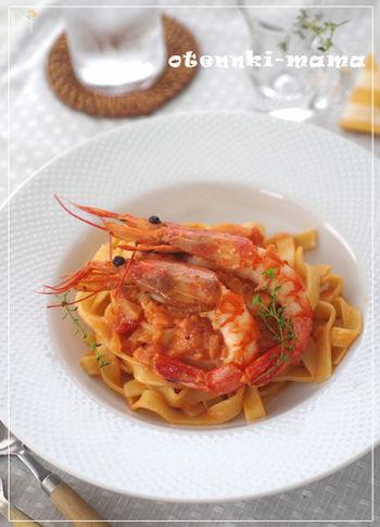 海老の美味しさがしっかり味わえる、生クリーム入りの濃厚トマトソースです。赤海老が丸ごとお皿に乗っていると、やっぱりご馳走感がありますね。