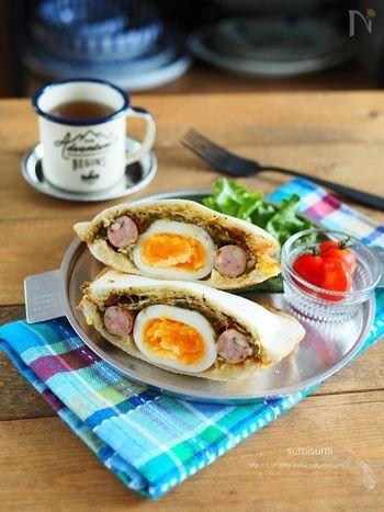 残り物のちょっぴり余ったカレーをホットサンドに。大きなゆで卵とソーセージでボリューム満点のレシピです。