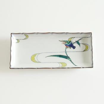 カワセミが描かれた長皿。繊細な線と涼やかな青、緑が季節を楽しむ器としてテーブルを彩ります。