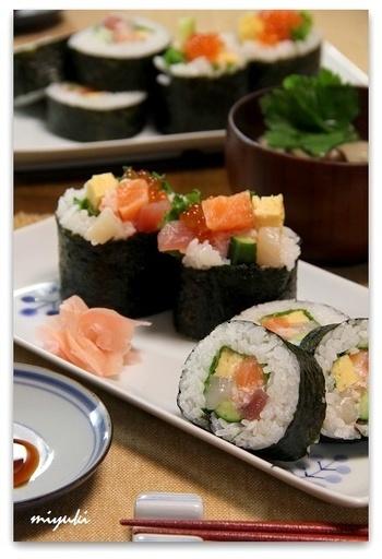『彩りあざやか海鮮太巻き寿司』  海の幸がたっぷり詰まった太巻き。イクラを添えるとよりいっそう華やかに。