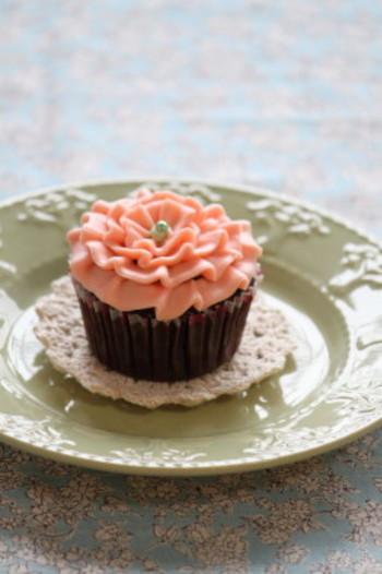 バラ型の口金を使って絞ります。クリームはピンク1色ですが、立体感があるので華やかに仕上がります。