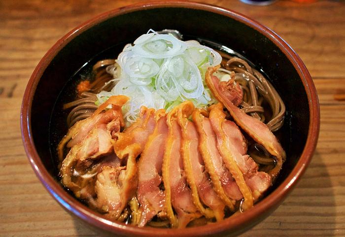 地鶏のチャーシューが乗った肉蕎麦は、温かいものか冷たいものか選べます。甘めの出汁としっかりかみごたえのある鶏肉とお蕎麦は、何だかクセになる美味しさです。