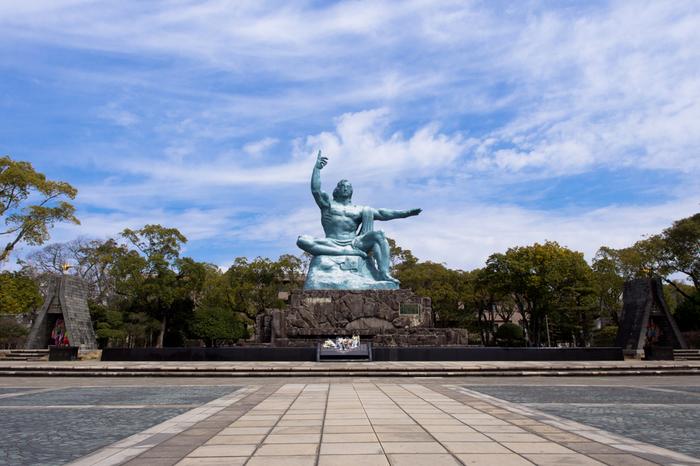世界平和への祈りを込めて作られた「平和公園」。18.6ヘクタールもあり緑に囲まれ、市民が集う場所として親しまれています。園内にある平和祈念像は、彫刻家・北村西望氏によって制作されました。空を差した右手は原爆の恐ろしさを、横に伸ばした左手は平和を、表情は犠牲者の冥福を祈っています。