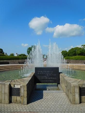 「平和の泉」は、世界恒久平和と核兵器廃絶の願い、被爆者の冥福を祈って作られた噴水。平和の象徴であるハトと長崎港の鶴の羽根を噴水の形で表現しています。