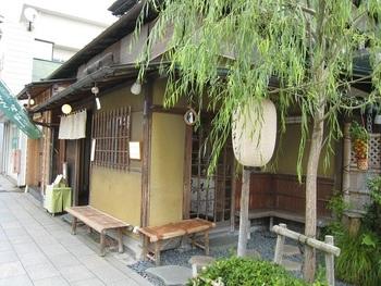鶴岡八幡宮に向かう途中の段葛にある、風情な建物が印象的なこちらのお蕎麦屋さんが「段葛 こ寿々」です。