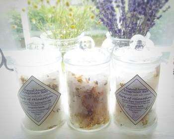 """ヒマラヤ岩塩にアロマオイルやハーブをプラスして作る""""アロマバスソルト""""。バスタブにたっぷりとお湯をはってゆっくりつかれば、一日の疲れを優しく癒してくれそうです。"""