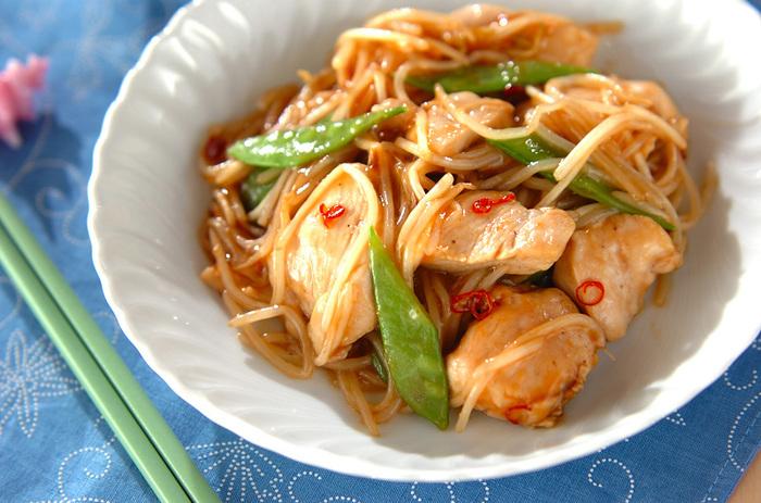 鶏胸肉とモヤシをオイスターソースで炒めたおかずになる一品です。鶏胸肉に下味をつける際に片栗粉を入れることで、パサつきがちな胸肉もしっとり食感になりますよ。