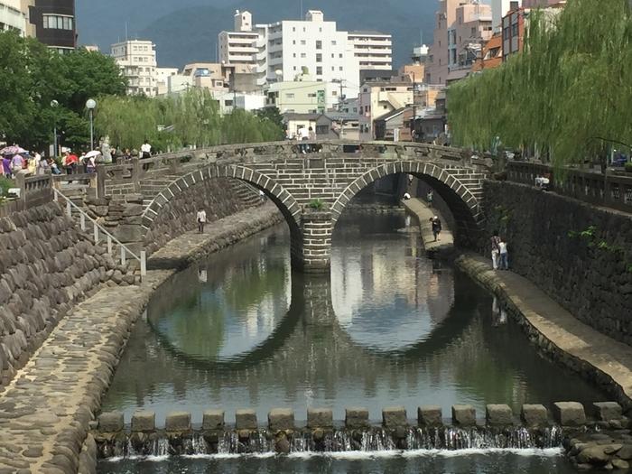 中島川に架かる日本初のアーチ型の石橋「眼鏡橋」。日本三名橋の一つで、1960年に国の重要文化財にも指定されました。川面に橋が映ると、まるで眼鏡のように見えることが由来だそう。