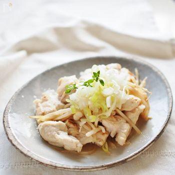 鶏胸肉とモヤシを蒸して、大根おろしを乗せたさっぱりレシピ。こちらは小麦粉で鶏胸肉をコーティング。同じようにしっとりとした食感を味わえます。そしてなによりヘルシーなのが嬉しいですね。
