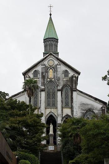 1865年に建設された「大浦天主堂」は、日本二十六聖人に捧げられた教会です。日本最古の現存する教会でもあり、1953年に国宝に指定されました。聖堂内には美しいステンドグラスやマリア像などがあり、神聖な雰囲気に包まれています。