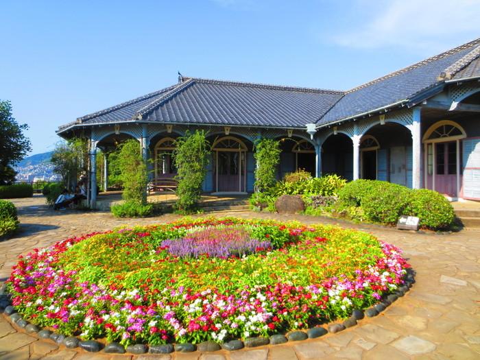 長崎の定番観光スポットでもある「グラバー園」は、1974年に開園しました。グラバー、リンガー、オルトの旧邸などを見学することができます。こちらは、スコットランド出身の商人トーマス・ブレーク・グラバー氏が住んでいた、1961年に国の重要文化財に指定された日本最古の洋風建築です。長崎の歴史を感じるクラシカルな建物の数々は見応えもばっちり!ノスタルジックな園内には花も咲き、ただ散策するだけでも楽しめます♪