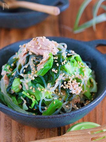 緑や海藻類をたっぷり頂きたいときにおススメのヘルシーおかず。塩だれでさっぱりした味つけなので、箸休めにもなりますよね。