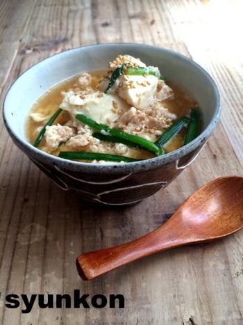 鶏ひき肉と豆腐で作る、あっさり優しい味のスープ。料理が苦手でも、誰でもレンジで簡単にできるのがうれしいレシピです。